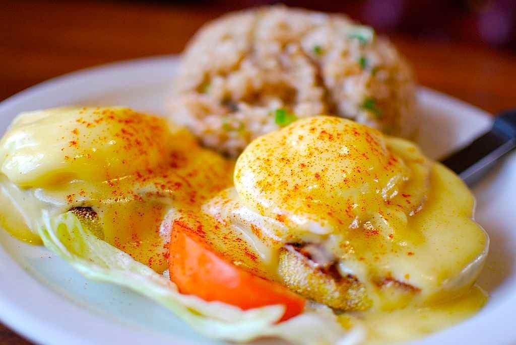 1024px-Eggs_benedict_w_fried_rice-compressed